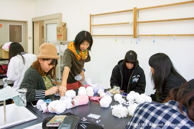 クリスマスデコレーションを作る女子学生グループ
