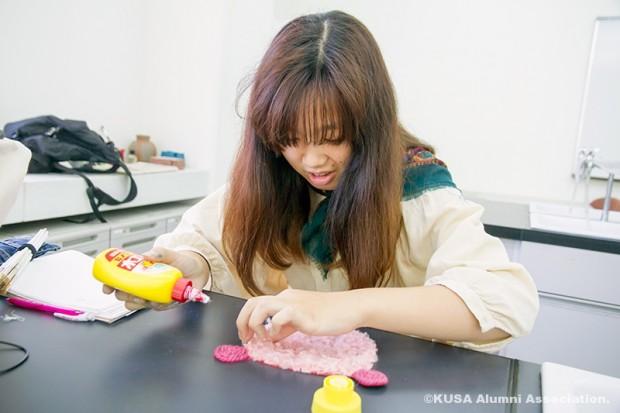 くまのデコレーションを作る女子学生