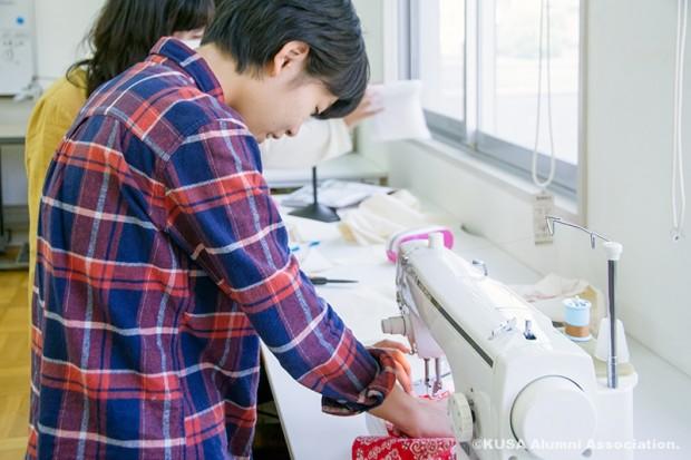 ミシンで縫う学生