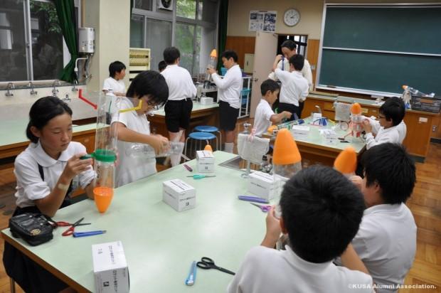 ペットボトルロケットを作る小学生