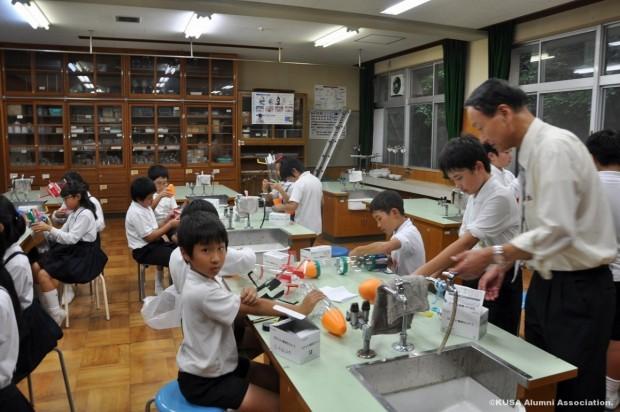ペットボトルロケットを作る小学生と妹尾教授