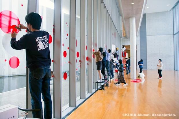 美術館テラスを水玉模様にする企画