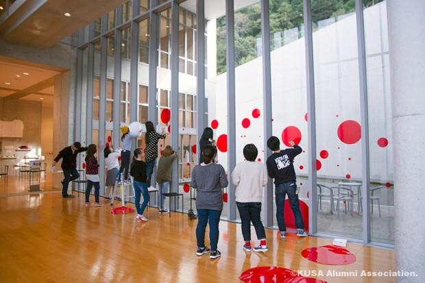 水玉模様になってきた美術館テラス