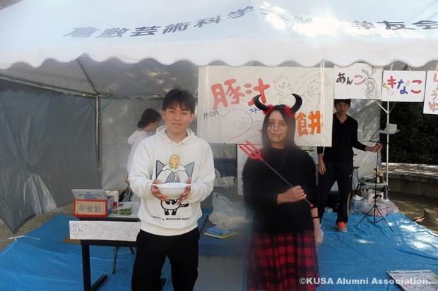 豚汁の模擬店(男子学生と仮装した女子学生)