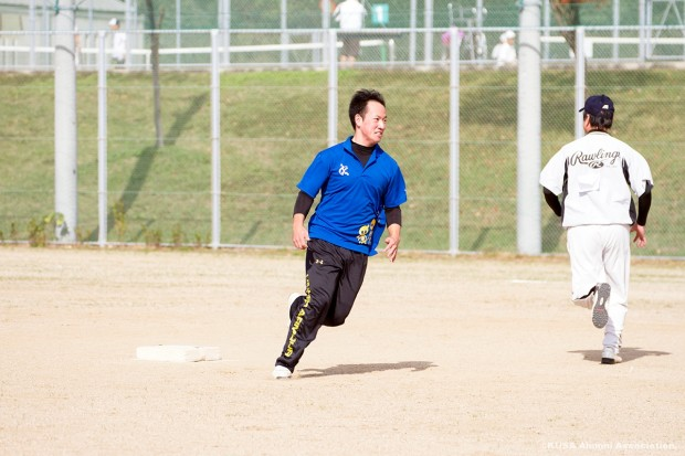 2塁ベースを蹴る