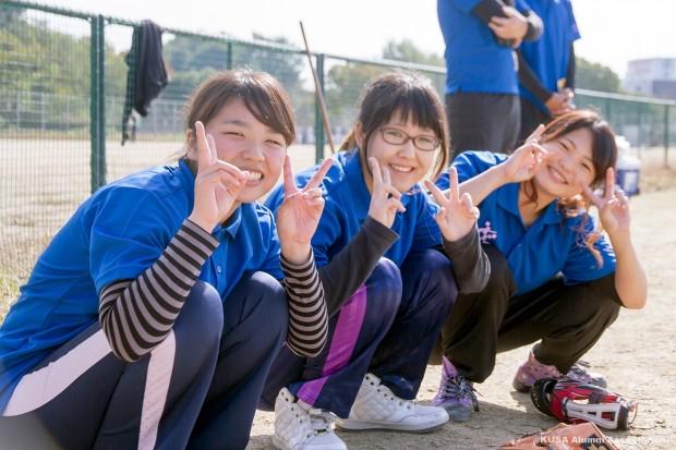 笑顔の女子学生3人