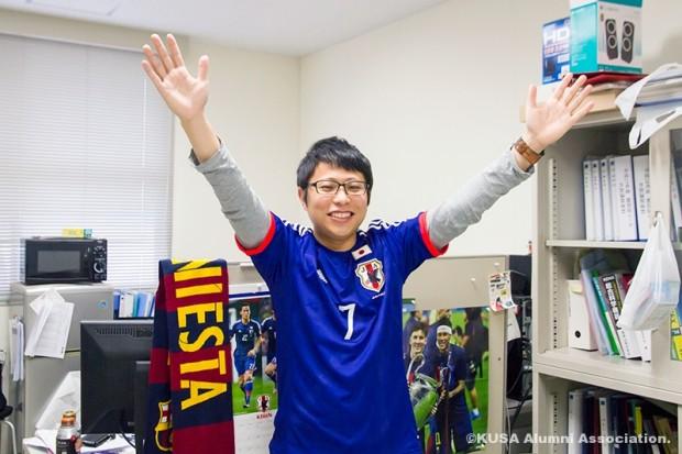 サッカー日本代表のユニフォームを着る森康浩講師