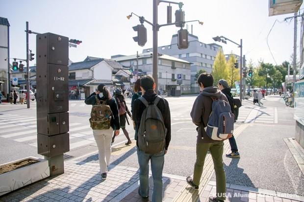 倉敷市のまちづくりに関する情報や資料を収集する学生さん
