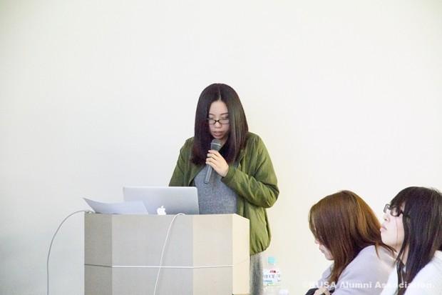卒業論文を発表する女子学生