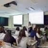卒業論文を発表している女子学生