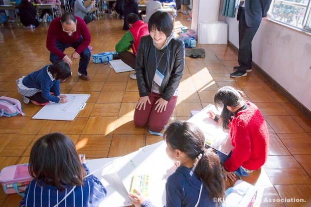本学学生さんと絵画教室に参加した小学生