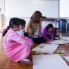 本学学生さんと絵を描く小学生