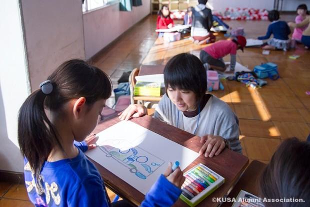 水素電車を想像して描く小学生