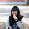 焼き芋を食べ笑顔の女子学生さん
