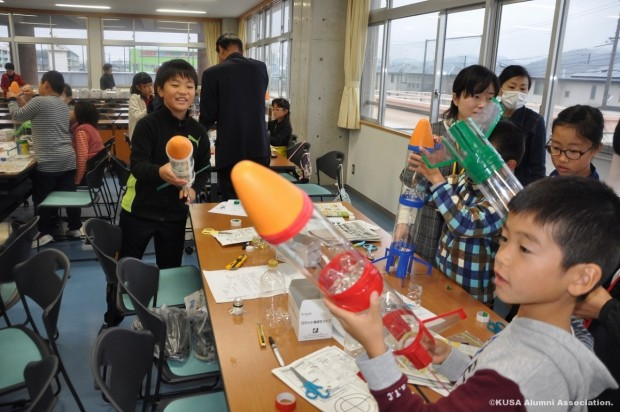 ペットボトルロケットを制作する小学生