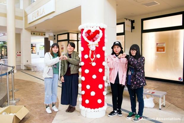 デコレーションした柱と女子学生さん