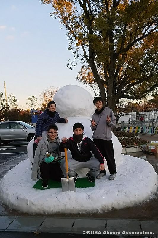 ジャンボ雪だるまと男子学生