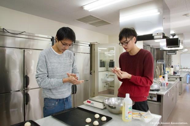 調理をする留学生