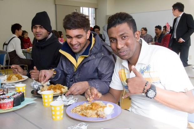 ビリヤニを食べる留学生
