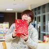 プレゼントにかぶりつく矢野浩章さん