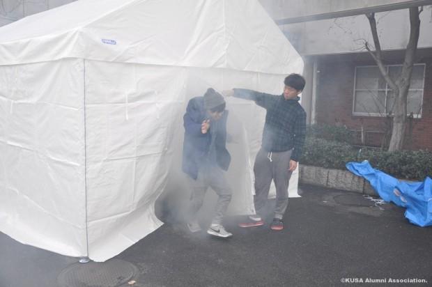 災害用テント内にスモークを発生させた様子