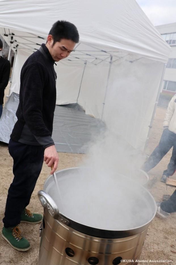 大きな鍋で調理