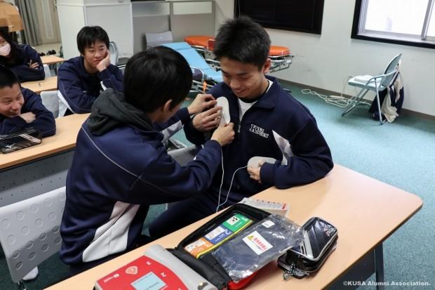 AEDを体験する学生