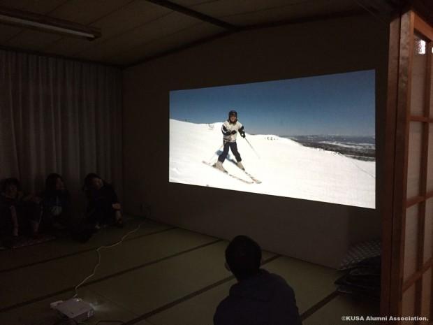 プロジェクターでスキーの様子を投影