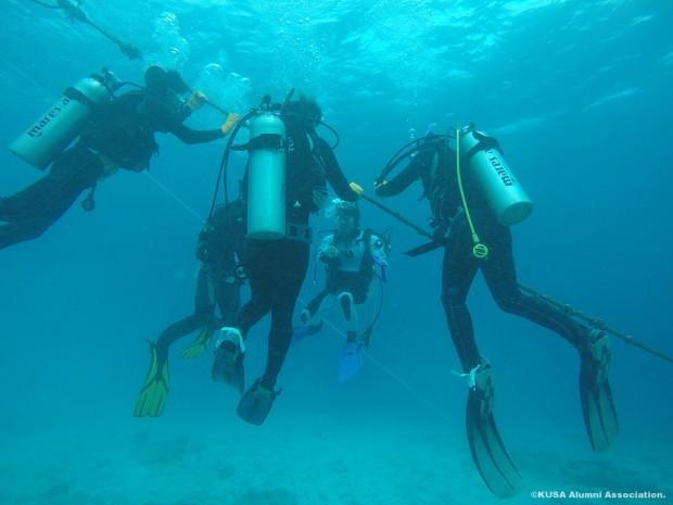 ロープをつたって潜水