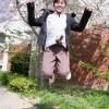 ジャンプする神坂友美さん
