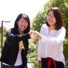 ハートを作る藤原光希さんと兼信美祈さん