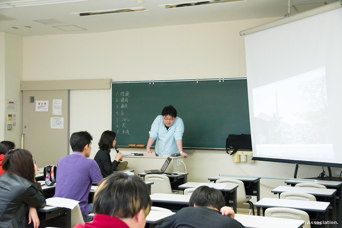 本学をプレゼンテーションする学生さん