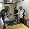 調理する教職員