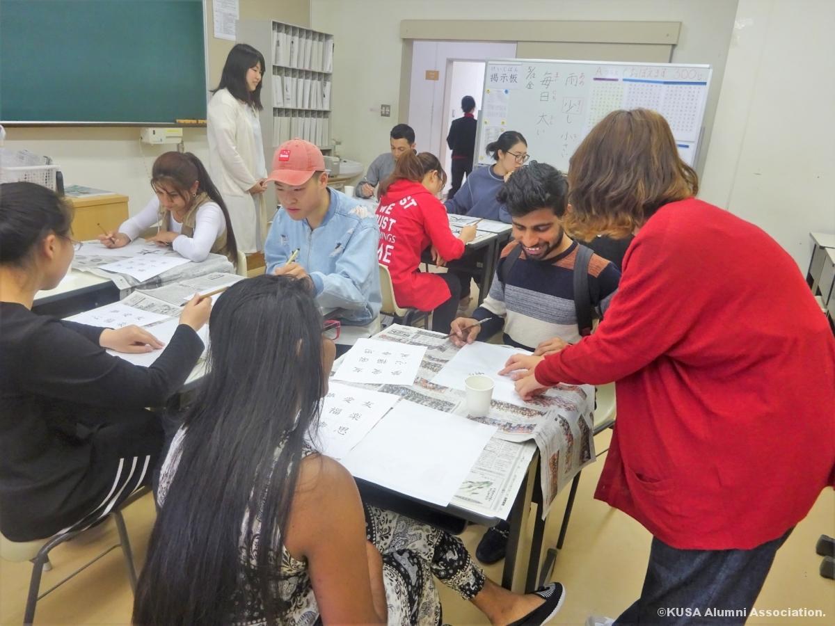 書道を体験する留学生