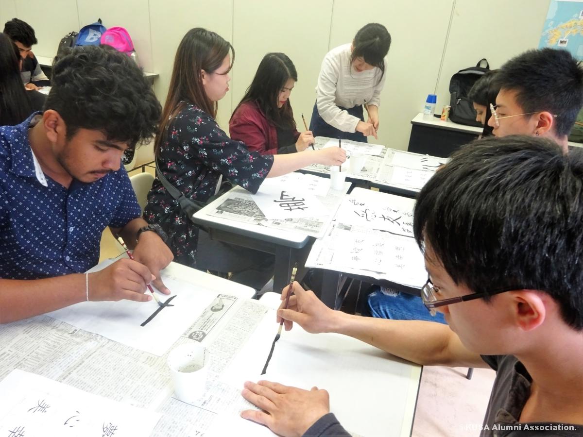 書道をする留学生