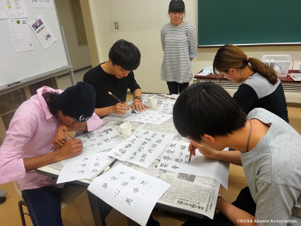 漢字を書く留学生
