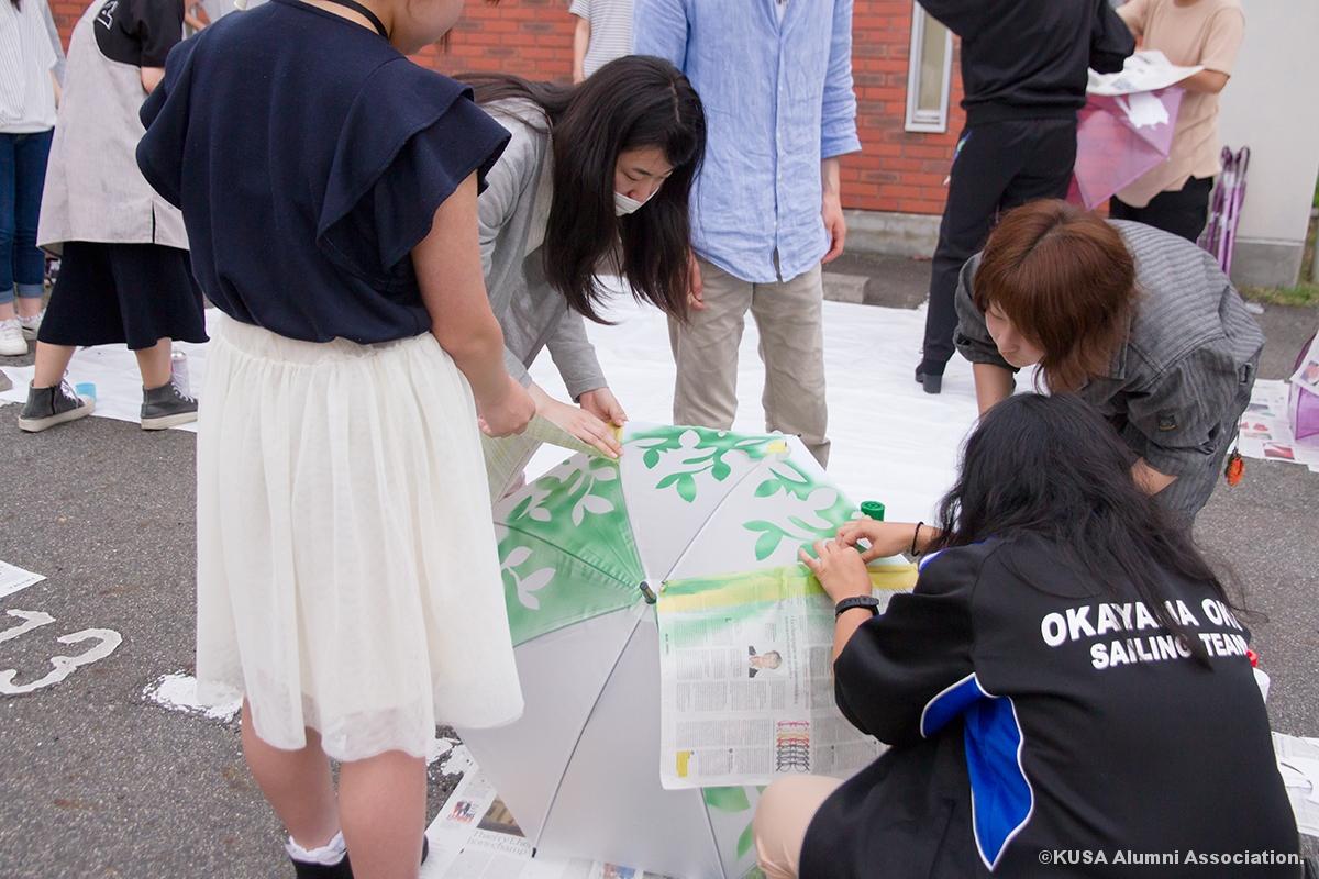 傘をペイントする学生