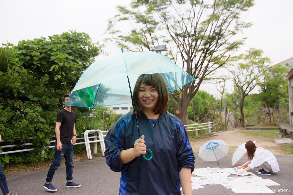 制作した傘を持つ女子学生