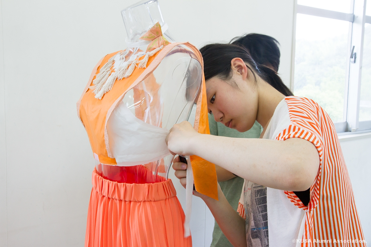 ペーパーファッションを制作中の女子学生