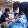 傘に水玉模様をペイントする学生さん