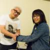 握手する片山正通氏と田中さん