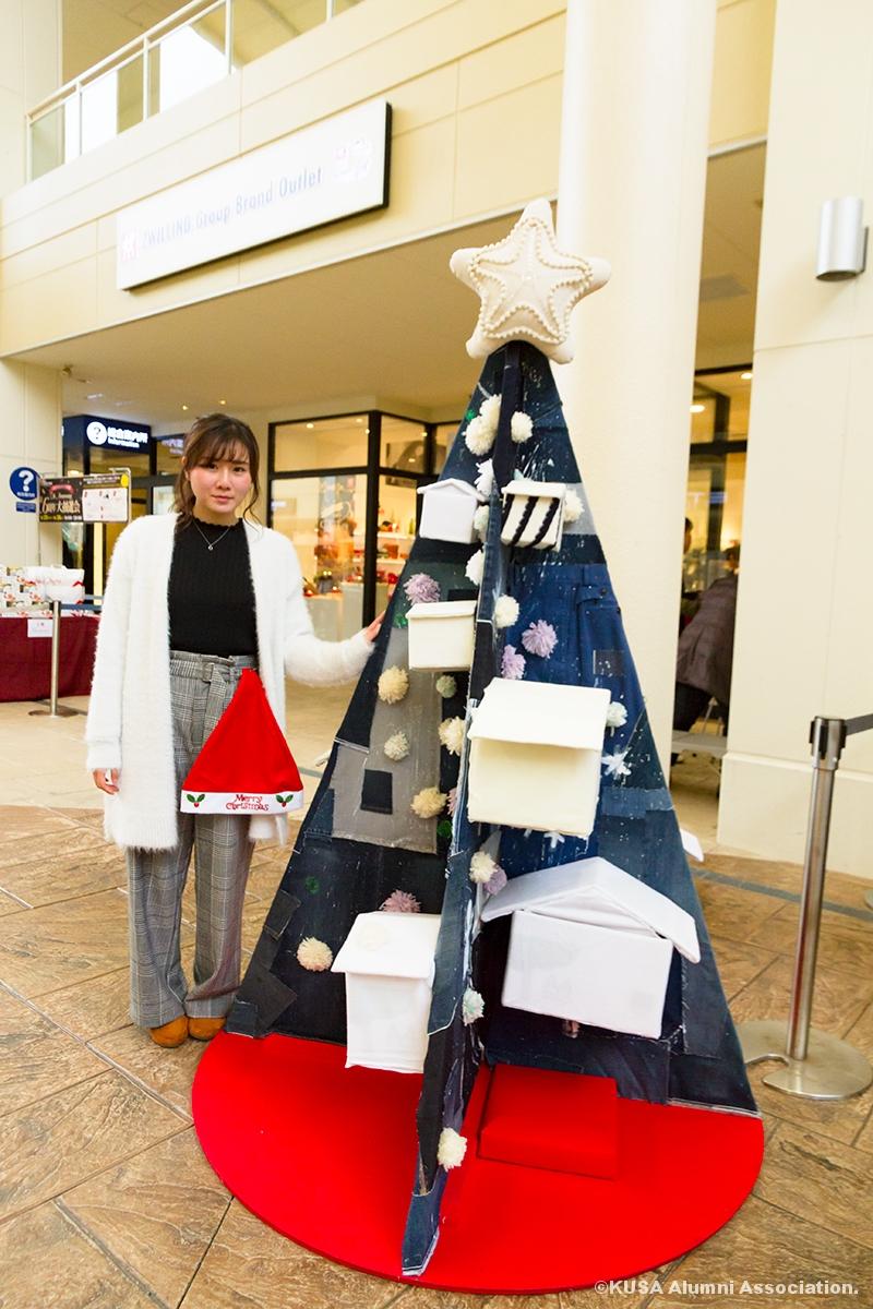 クリスマスツリーオブジェと女子学生