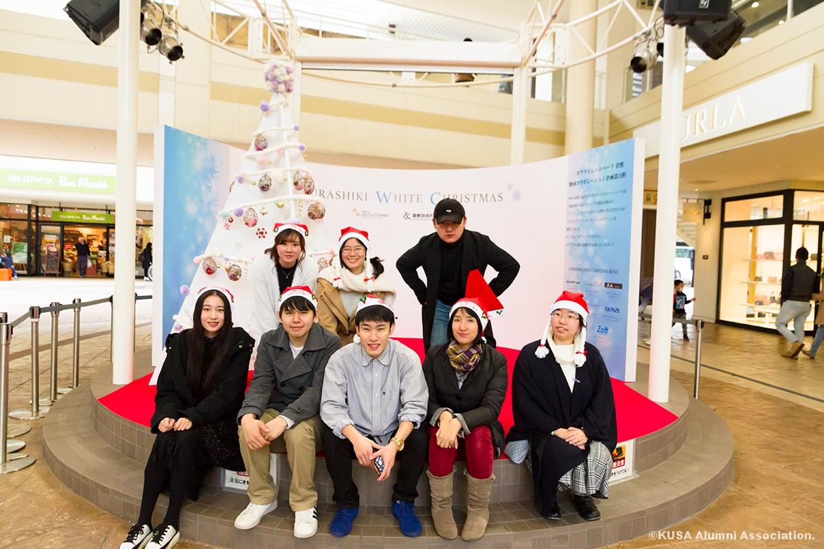 クリスマスオブジェを制作した教員と学生さん