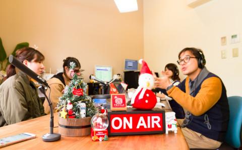 久保特担准教授と学生さんがラジオに出演しました。
