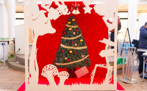 学生が制作したクリスマスフォトブースを設置ています。