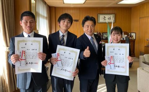 学生が政策提言の優秀者として表彰されました。